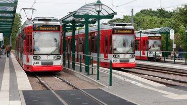 Straßenbahn an Haltestelle